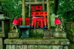 KYOTO JAPONIA, LIPIEC, - 05, 2017: Fox dryluje statuę przy Fushimi Inari świątyni Fushimi Inari Taisha świątynią w Japonia Obraz Royalty Free