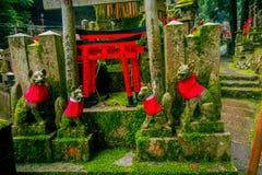 KYOTO JAPONIA, LIPIEC, - 05, 2017: Fox dryluje statuę przy Fushimi Inari świątyni Fushimi Inari Taisha świątynią w Japonia Obrazy Royalty Free