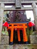 KYOTO JAPONIA, LIPIEC, - 05, 2017: Fox dryluje statuę przy Fushimi Inari świątyni Fushimi Inari Taisha świątynią w Japonia Obrazy Stock