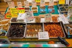 KYOTO JAPONIA, LIPIEC, - 05, 2017: Jedzenie w Nishiki rynek, jest salowym zakupy ulicą lokalizować w centrum Kyoto Zdjęcie Stock