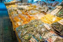 KYOTO JAPONIA, LIPIEC, - 05, 2017: Jedzenie w Nishiki rynek, jest salowym zakupy ulicą lokalizować w centrum Kyoto Obraz Royalty Free