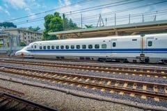 KYOTO JAPONIA, LIPIEC, - 05, 2017: JR700 shinkansen pociska pociąg odjeżdża Kyoto stację w Kyoto, Japonia Zdjęcie Stock