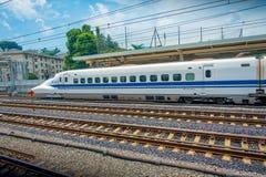 KYOTO JAPONIA, LIPIEC, - 05, 2017: JR700 shinkansen pociska pociąg odjeżdża Kyoto stację w Kyoto, Japonia Obrazy Stock