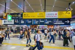 KYOTO JAPONIA, LIPIEC, - 05, 2017: Ludzie śpieszą przy Keihan stacją kolejową w Kyoto, Japonia Keihan Kolejowa firma zakładał Zdjęcia Royalty Free