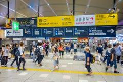 KYOTO JAPONIA, LIPIEC, - 05, 2017: Ludzie śpieszą przy Keihan stacją kolejową w Kyoto, Japonia Keihan Kolejowa firma zakładał Obraz Royalty Free