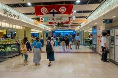 KYOTO JAPONIA, LIPIEC, - 05, 2017: Ludzie śpieszą przy Keihan stacją kolejową w Kyoto, Japonia Keihan Kolejowa firma zakładał Obrazy Royalty Free