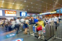 KYOTO JAPONIA, LIPIEC, - 05, 2017: Ludzie śpieszą przy Keihan stacją kolejową w Kyoto, Japonia Keihan Kolejowa firma zakładał Zdjęcia Stock