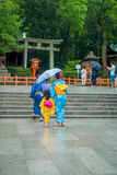 KYOTO JAPONIA, LIPIEC, - 05, 2017: Młode Japońskie kobiety jest ubranym tradycyjnego kimono i trzyma parasole w ich rękach wewnąt Obraz Stock
