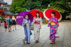 KYOTO JAPONIA, LIPIEC, - 05, 2017: Młode Japońskie kobiety jest ubranym tradycyjnego kimono i trzyma parasole w ich rękach wewnąt Zdjęcia Stock