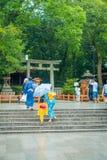 KYOTO JAPONIA, LIPIEC, - 05, 2017: Młode Japońskie kobiety jest ubranym tradycyjnego kimono i trzyma parasole w ich rękach wewnąt Obrazy Royalty Free
