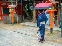 KYOTO JAPONIA, LIPIEC, - 05, 2017: Młody Japoński mężczyzna jest ubranym tradycyjnego kimono i trzyma parasole w ich rękach w Fotografia Royalty Free