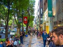 KYOTO JAPONIA, LIPIEC, - 05, 2017: Niezidentyfikowani ludzie chodzi przy dzień sceną turyści wokoło wąskiej ulicy Gion Zdjęcie Stock