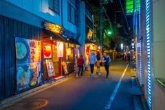 KYOTO JAPONIA, LIPIEC, - 05, 2017: Niezidentyfikowani ludzie chodzi przy nocy sceną turyści wokoło wąskiej ulicy Gion Obraz Stock