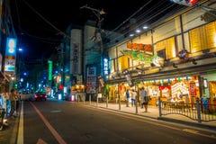 KYOTO JAPONIA, LIPIEC, - 05, 2017: Niezidentyfikowani ludzie chodzi przy nocy sceną turyści wokoło wąskiej ulicy Gion Fotografia Royalty Free