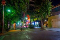 KYOTO JAPONIA, LIPIEC, - 05, 2017: Niezidentyfikowani ludzie chodzi przy nocy sceną turyści wokoło wąskiej ulicy Gion Obraz Royalty Free