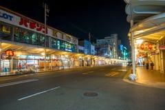 KYOTO JAPONIA, LIPIEC, - 05, 2017: Niezidentyfikowani ludzie chodzi przy nocy sceną turyści wokoło wąskiej ulicy Gion Obrazy Royalty Free