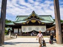KYOTO JAPONIA, LIPIEC, - 05, 2017: Niezidentyfikowani ludzie chodzi przy wchodzić do piękna i stylizowana japanesse świątynia wew Obrazy Royalty Free