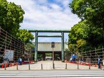 KYOTO JAPONIA, LIPIEC, - 05, 2017: Niezidentyfikowani ludzie chodzi przy wchodzić do piękna i stylizowana japanesse świątynia wew Zdjęcie Royalty Free