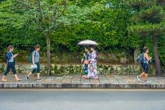 KYOTO JAPONIA, LIPIEC, - 05, 2017: Niezidentyfikowani ludzie chodzi w ścieżce przy pięknym bambusowym lasem przy Arashiyama, Kyot Fotografia Royalty Free