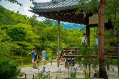 KYOTO JAPONIA, LIPIEC, - 05, 2017: Niezidentyfikowani ludzie enoying widok ogród z stawem przed Głównym pawilonem Obraz Stock
