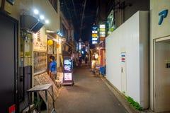 KYOTO JAPONIA, LIPIEC, - 05, 2017: Niezidentyfikowani ludzie przy nocy sceną turyści wokoło wąskiej ulicy Gion okręg Obrazy Stock