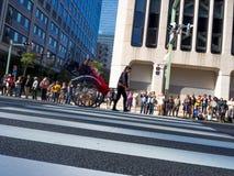KYOTO JAPONIA, LIPIEC, - 05, 2017: Niezidentyfikowany mężczyzna niesie riksza z parą nad nim, podróżujący w ulicie przy Obrazy Royalty Free
