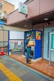 KYOTO JAPONIA, LIPIEC, - 05, 2017: Niezidentyfikowany mężczyzna plombowanie z produktami sok maszyna w Kyoto, Japonia Arashiyama  Obraz Stock