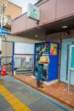 KYOTO JAPONIA, LIPIEC, - 05, 2017: Niezidentyfikowany mężczyzna plombowanie z produktami sok maszyna w Kyoto, Japonia Arashiyama  Zdjęcia Stock