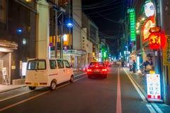 KYOTO JAPONIA, LIPIEC, - 05, 2017: Nocy scena turyści zastanawia się wokoło wąskiej ulicy Gion okręg, Kyoto Zdjęcia Stock