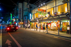 KYOTO JAPONIA, LIPIEC, - 05, 2017: Nocy scena turyści zastanawia się wokoło wąskiej ulicy Gion okręg, Kyoto Obraz Stock