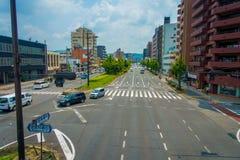 KYOTO JAPONIA, LIPIEC, - 05, 2017: Samochody na ulicie Kyoto w Japonia Kyoto metropolia jest jeden ludny miasto Zdjęcie Stock