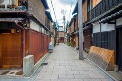 KYOTO JAPONIA, LIPIEC, - 05, 2017: Turyści chodzi na Gion okręgu w Kyoto Fotografia Stock