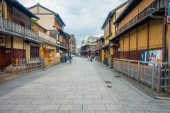 KYOTO JAPONIA, LIPIEC, - 05, 2017: Turyści chodzi na Gion okręgu w Kyoto Zdjęcie Royalty Free
