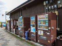Kyoto, Japonia - 24 2016 Lipiec Ulica w Kyoto na letnim dniu w Lipu, automat stoi na jawnej ulicie obrazy royalty free