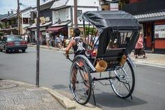 Kyoto, Japonia - 24 2016 Lipiec Ulica w Kyoto na letnim dniu w Lipu, mężczyzna ciągnie riksza zdjęcia royalty free