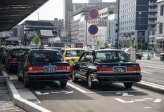 Kyoto, Japonia - 24 2016 Lipiec Ulica w Kyoto na letnim dniu w Lipu, uliczny ruch drogowy z samochodami i taxi fotografia royalty free