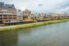 KYOTO JAPONIA, LIPIEC, - 05, 2017: Widok tradycyjni japończyków domy w Higashi Chaya z rzeką w przodzie Higashi jest a Zdjęcie Stock