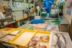 KYOTO JAPONIA, LIPIEC, - 05, 2017: Zamarznięty jedzenie w Nishiki rynek, jest salowym zakupy ulicą lokalizować w centrum Zdjęcie Stock