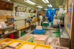 KYOTO JAPONIA, LIPIEC, - 05, 2017: Zamarznięty jedzenie w Nishiki rynek, jest salowym zakupy ulicą lokalizować w centrum Fotografia Stock