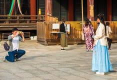 KYOTO JAPONIA, LISTOPAD, - 7, 2017: Dziewczyna w błękita smokingowy pozować dla fotografa Odbitkowa przestrzeń dla teksta zdjęcia royalty free
