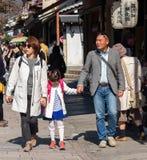 KYOTO JAPONIA, LISTOPAD, - 7, 2017: Japońska rodzina na miasto ulicie obrazy stock