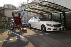 Kyoto Japonia, Maj, - 21, 2017: Riksza i Mercedes samochód wpólnie Obrazy Stock