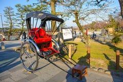 Kyoto Japonia, Marzec, - 28, 2015: Stary styl riksza lub Jinrikisha usługa dla turysty w Arashiyama, Kyoto Fotografia Stock