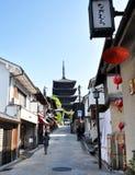 KYOTO JAPONIA, OCT, - 21 2012: Turysty spacer na ulicie prowadzi zdjęcia royalty free