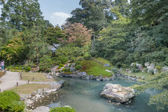 KYOTO JAPONIA, PAŹDZIERNIK, - 09, 2015: Świątynia i ogród w Kyoto, Japonia jeziorni zielonych drzew Obrazy Stock