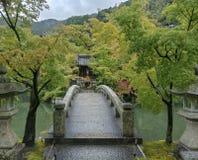 Kyoto, JAPONIA, Sierpień 16 2017, Stary Japan most przy Eikando świątynią w lato sezonie obrazy royalty free