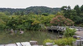 Kyoto, JAPONIA, Sierpień 23 2017, Japonia kamienia most w ogródzie zdjęcie royalty free