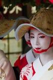 KYOTO - 24 JUILLET : La fille non identifiée de Maiko (ou la dame de Geiko) sur le défilé du hanagasa en Gion Matsuri (festival)  Image stock