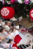 KYOTO - 24 JUILLET : La fille non identifiée de Maiko (ou la dame de Geiko) sur le défilé du hanagasa en Gion Matsuri (festival)  Photographie stock