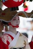 KYOTO - 24 JUILLET : La fille non identifiée de Maiko (ou la dame de Geiko) sur le défilé du hanagasa en Gion Matsuri (festival)  Images stock